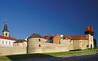 Žatecká brána s hradbami