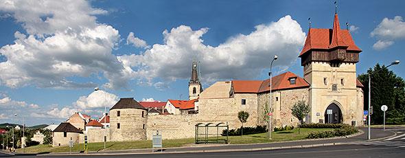 Panorama - hradby a Žatecká brána